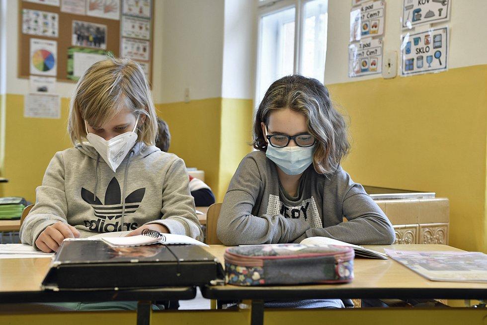 Část školáků se mohla konečně v pondělí vrátit do lavic. Sice v rouškách a za podmínky absolvování antigenních testů, ale mnozí se už těšili. Foto: Martin Tobiška