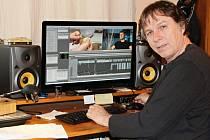 Pavel Láska zachycený u počítače se speciálním softwarem.