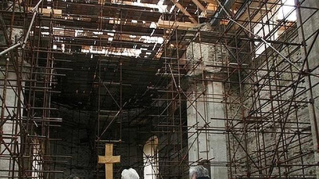 Neratov - zastřešování chrámu.