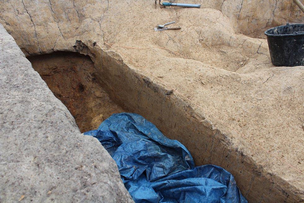 """Trasu, kudy povede obchvat, prozkoumávají archeologové.  Na snímku """"hliník"""", kde byly nalezeny kousky keramiky a také barvivo."""