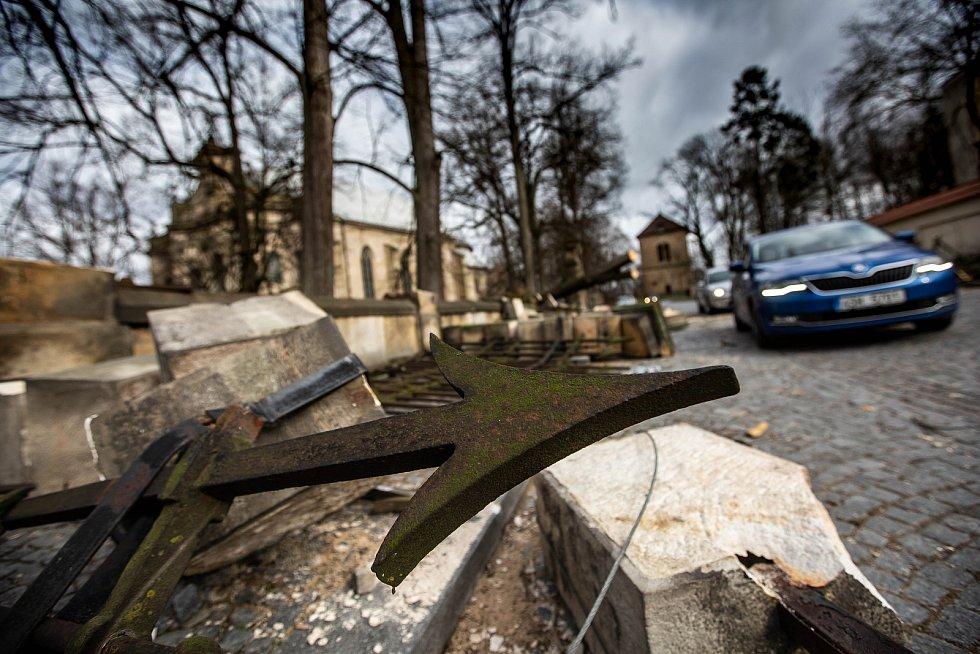 Vichřice, která se přehnala krajem, v Rychnově nad Kněžnou pobořila historický plot u kostela.