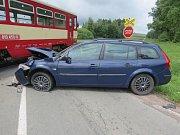 Dlouhou brzdnou dráhu měl rozjetý vůz značky Renault Megane, jehož řidička  z boku narazila do projíždějícího osobního motorového vlaku na nechráněném železničním přejezdu.