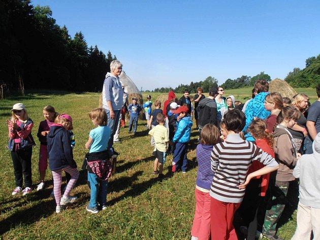 Ředitelka školy Kamila Zemanová s dětmi na školním pozemku, který se nachází nedaleko Rychnova.