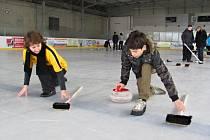 V OPOČNĚ se na kluzkém ledě nejprve často padalo. Po krátkém tréninku pod vedením zkušených hráčů curlingu se řadě návštěvníků náborové akce dařilo odehrát těžké kameny do prostoru kruhů.