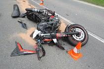 Nehoda si vyžádala jednoho raněného - motorkář skončil v nemocnici.