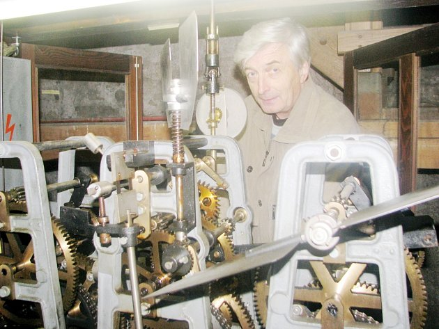 Pro Josefa Nováka z Dobrušky je práce na hodinovém stroji v historické radnici spíše koníčkem. Své poslání převzal po otci, který byl hodinářem, a věnuje se mu už čtyřicet let.
