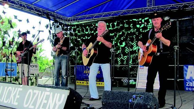 DVAADVACÁTÝ ROČNÍK festivalu Orlické ozvěny se poprvé nekonal ve Valu, ale v Dobrušce. Předvedlo se na něm deset country kapel, obvykle prý musí pořadatelé dvacet dalších odmítnout.