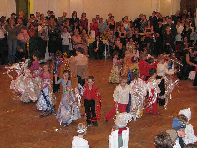 Ples Mateřinka v rychnovském Pelclově divadle.