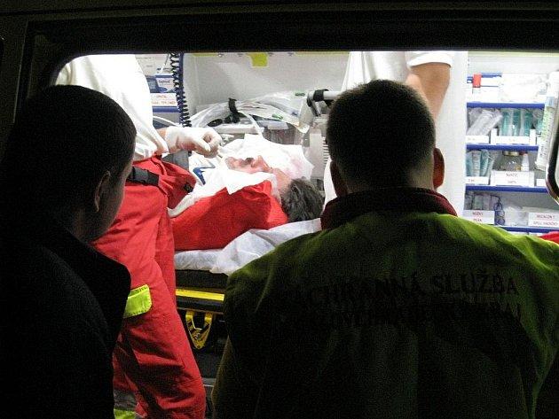 Muž měl veliké štěstí. Pádu z pěti metrů přežil a dokonce komunikoval s lékařem.