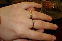 Hasiči sundávali prstýnek z nateklého prstu