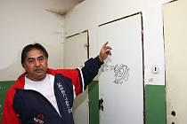 Miroslav Gunár ukazuje na nevyhovující záchody.