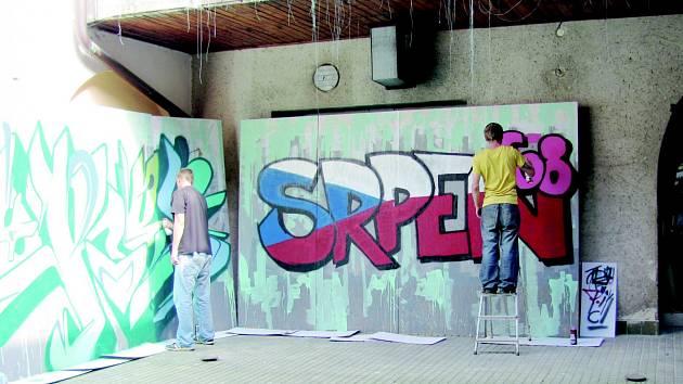NA HAPPENINGU V Opočně se toho v sobotu dělo hodně. Skládalo se obří puzzle a malovalo. Navíc se návštěvníci mohli podívat do jinak nepřístupné budovy bývalého soudu, kde se konala výstava komiksů a také ukázka tvorby graffiti.