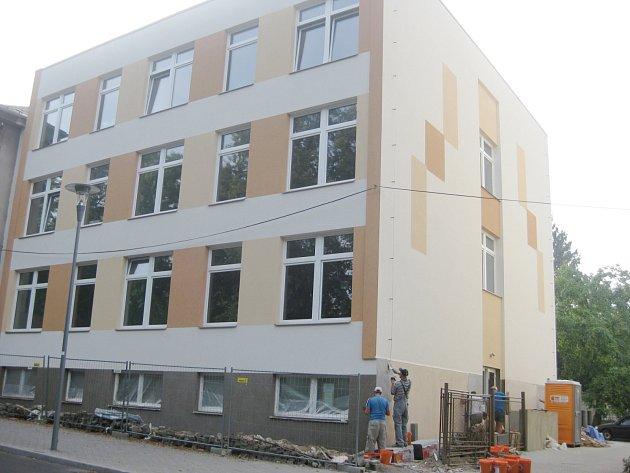 Budova průmyslové školy, v které sídlí Základní škola Mozaika, se za prázdniny změnila k nepoznání.