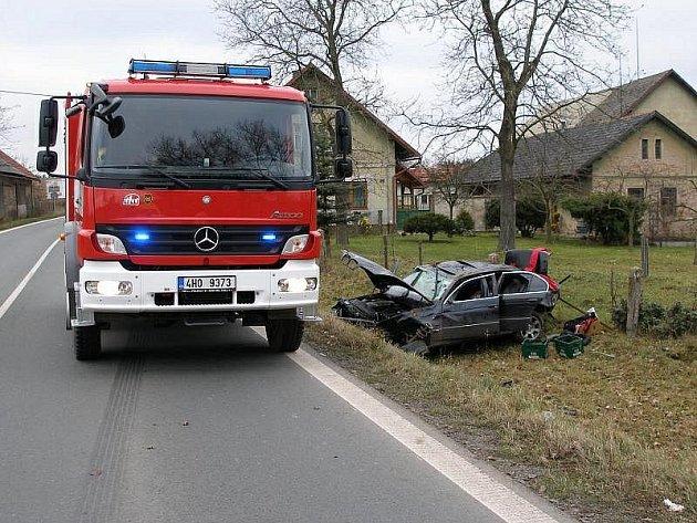 Dopravní nehoda osobního vozidla, které skončilo mimo komunikaci.
