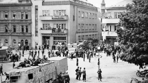 PŘED OKRESNÍM ÚŘADEM v rychnovské Havlíčkově ulici byl na sklonku II. světové války vybudován protitankový zátaras. Dnes v této budově sídlí městský úřad Rychnova.