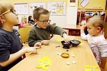 Budoucí školáci zabořili ruce do hlíny