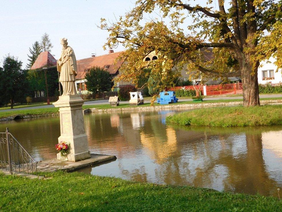 U rybníka Sv. Ján představil spolek ProPřepychy plavidla ze soutěže O přepyšské kormidlo.