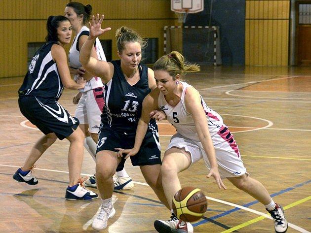 Basketbalistky Týniště nad Orlicí (v bílém) v dohrávaném utkání nestačily na rezervní tým Hradce Králové.