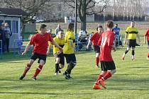 Vstup do jarní sezony se fotbalistům Křovic (červené dresy) nevydařil, když prohráli s poslední Čermnou.