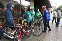 Sedmý ročník Šumné Orlice sice v sobotu propršel, příznivce cykloturistiky však déšť neodradil. Na kole přijel až z Prahy i hlavní protagonista David Vávra.