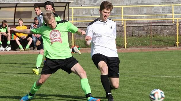 Na snímku o míč bojují domácí Stanislav Pohl (vpravo) a Michal Dostál.