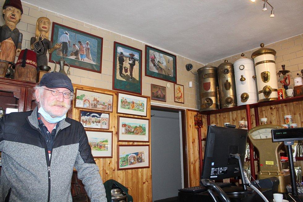 Navštívit Frolíkovu pražírnu kávy v Borohrádku je zážitek. Petr Frolík.