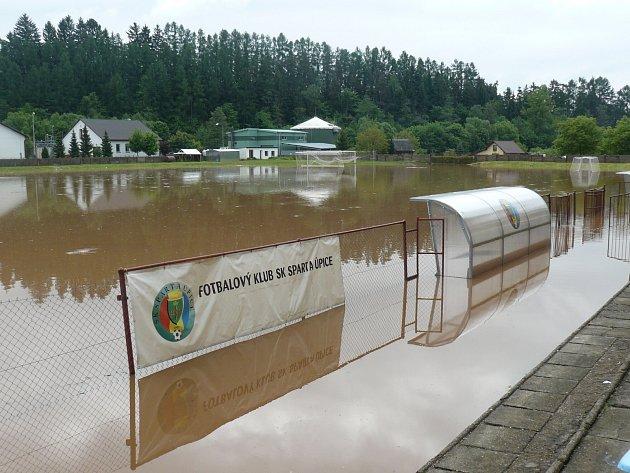 POHROMA. Trávník stadionu SK Sparta Úpice se po povodňové vlně ocitl kompletně pod vodou.