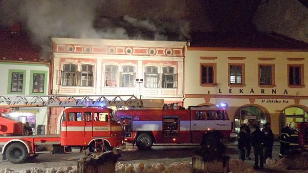 Prodejnu na dobrušském náměstí zachvátily plameny