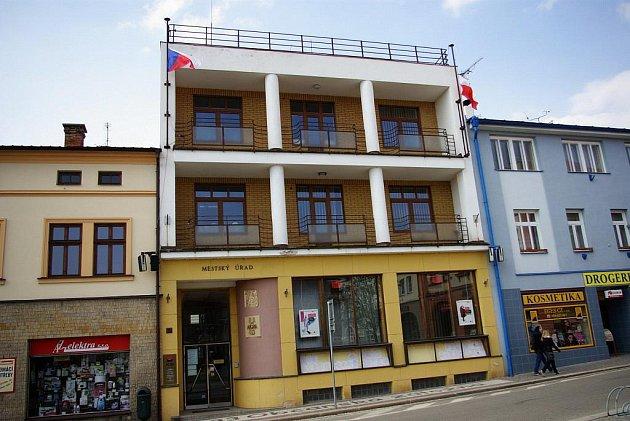 Na budově Městského úřadu v Dobrušce byla vyvěšena státní  vlajka Polska s černou stuhou a vlajka České republiky. Obě svěšeny na půl žerdi.