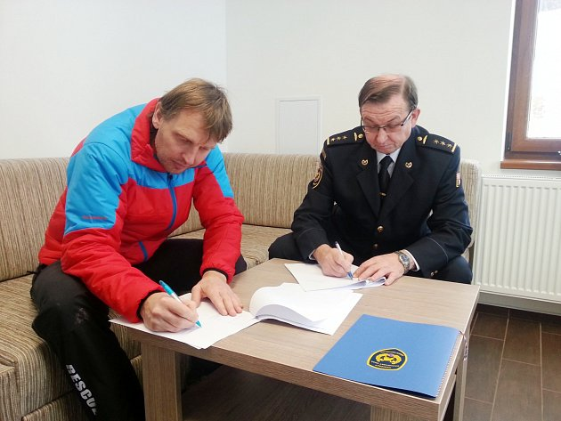 KRAJSKÝ ŘEDITEL Hasičského záchranného sboru Královéhradeckého kraje František Mencl a náčelník Horské služby Orlické hory Josef Hepnar při podpisu smlouvy o spolupráci obou složek.