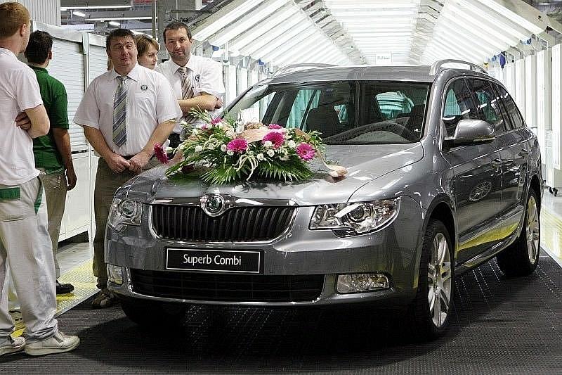 Vůz ve výbavě Elegance v šedé saténové barvě sjel 9. listopadu z linek kvasinského závodu Škoda Auto, a. s. Tím zde byla oficiálně zahájena výroba vozu Superb Combi, sesterského modelu limuzíny.