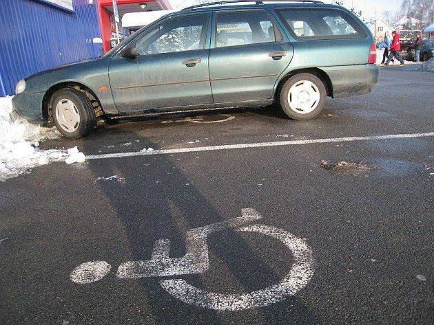 Automobil bez označení invalidy nemá na místě pro vozíčkáře co dělat.