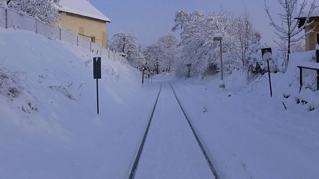 Sněhová kalamita zasáhla i železnici.