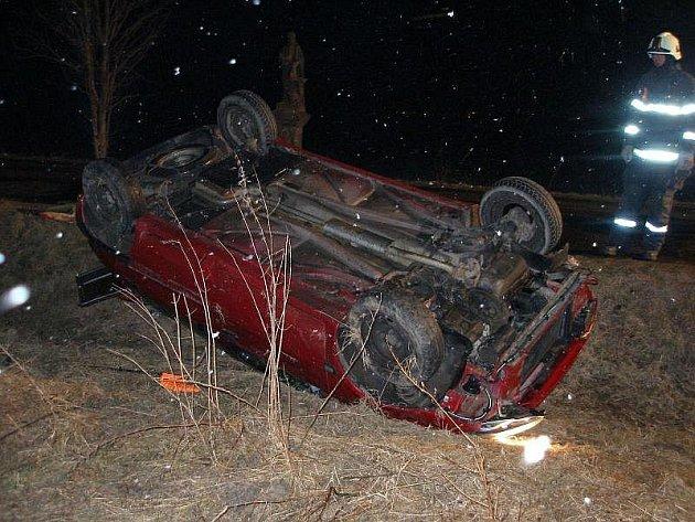 Osobní vůz se převrátil na střechu, naštěstí se nikdo nezranil.
