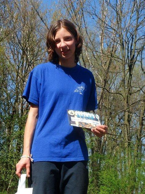 VÍTĚZKA KATEGORIE D14C. Rychnovská orientační běžkyně  Hana Reslová s cenou za vítězství v pohárovém klání.