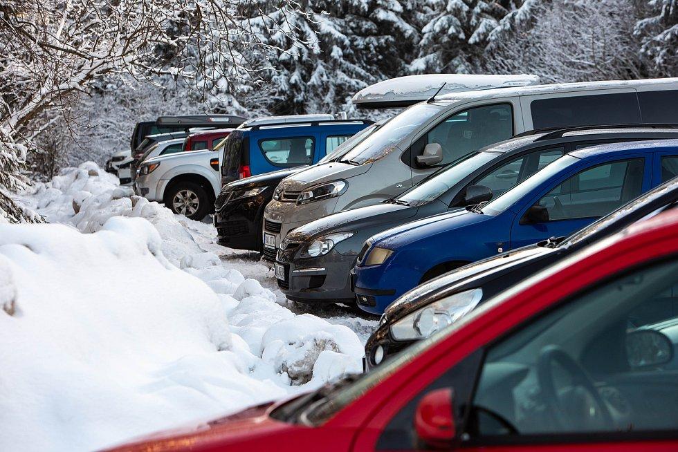 Parkování na Šerlichu u Masarykovy chaty v Orlických horách.
