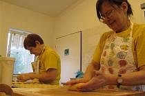 Tréninková pekárna sdružení Pferda. Hendikepovaní v ní z těsta vykouzlí laskominy