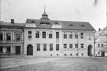 Dobové snímky ukazují, jak se opočenská zákoutí měnila. Před rokem 1906 zde stály dva domy oddělené od sebe úzkou uličkou, po roce 1906 tu najdeme už dům jediný – čp. 11. Zmizela také ulička, součástí budovy však je průchod.