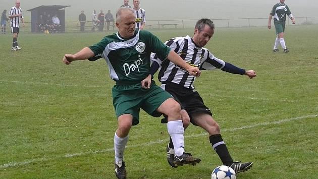 SOUBOJ. Osm gólů padlo v duelu Javornice B – Labuť Rychnov. Z vysokého vítězství 7:1 se radovali domácí fotbalisté.
