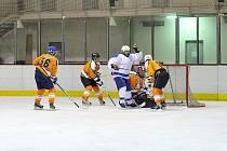 Postup do semifinále si jako první vybojovali hokejisté Častolovic (bílé dresy), kteří porazili kosteleckého souseda.