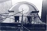 JAROSLAV FÁBERA SE PUSTIL DO OPRAVY původního domu, při všech opravách respektoval pokyny památkářů. První snímek ukazuje stav z roku 1966, o rok později už průčelí domu značně prokouklo.