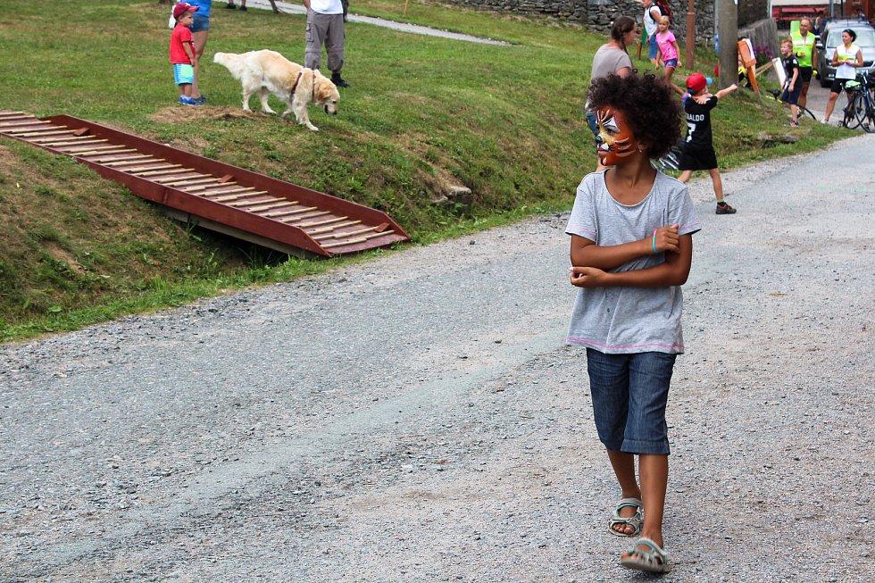 Po Neratově se procházely zamaskované děti. Slavnosti totiž nabízely i malování na obličej.