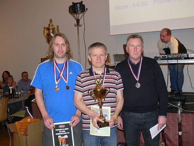 OBHÁJCE loňského prvenství Real Dobruška se musel spokojit s bronzem. Medaile a pohár převzali (zleva) Aleš Hrudík, Miroslav Sixta a Leoš Dragúň, na snímku chybí Marcel Hájek.