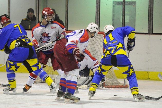 Těžký úkol čeká rychnovské hráče (v bílém) v první kole play off Oblastní hokejové ligy, v němž se střetnou s dosavadním suverénem letošní sezony – rezervním týmem Chocně.