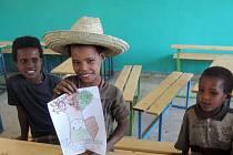POZDRAV Z DALEKÉ ETIOPIE do Borohrádku. Africké děti se nechaly vyfotografovat s obrázkem,  na němž je zvěčněn název základní školy TGM na Rychnovsku.