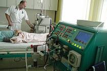 Vedoucí lékař rychnovského Dilacorpu Vilém Chocholatý u pacienta.