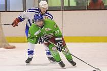 KONEČNĚ! Hokejisté Čestic se až v patnáctém utkání krajské soutěže radovali z premiérové tříbodové výhry, když v neděli na rychnovském ledě zdolali béčko Jaroměře 5:3.
