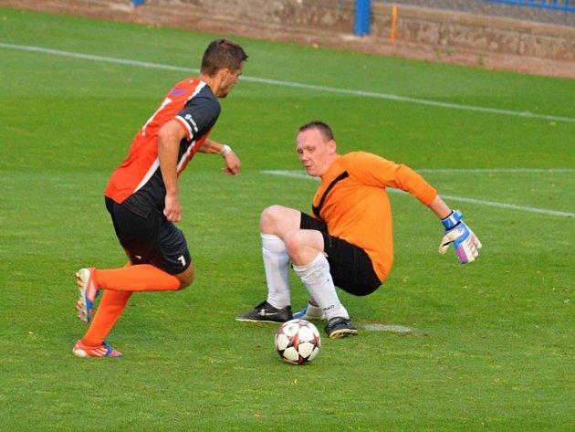 Náchodský Jakub Vaněček obchází brankáře Ohnišova Martina Malého a krátce poté dává desátý gól svého týmu.