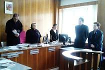 Předseda senátu okresního soudu při čtení rozsudku.