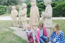 Zleva     stojí     Josef     Zilvar z chudobince,   Čenda   Jirsák   se   psem Pajdou, Éda Kemlink, Petr Bajza a Tonda Bejval. Jak je vidět na fotografiích, cedulku s jejich jmény hledaly děti marně.